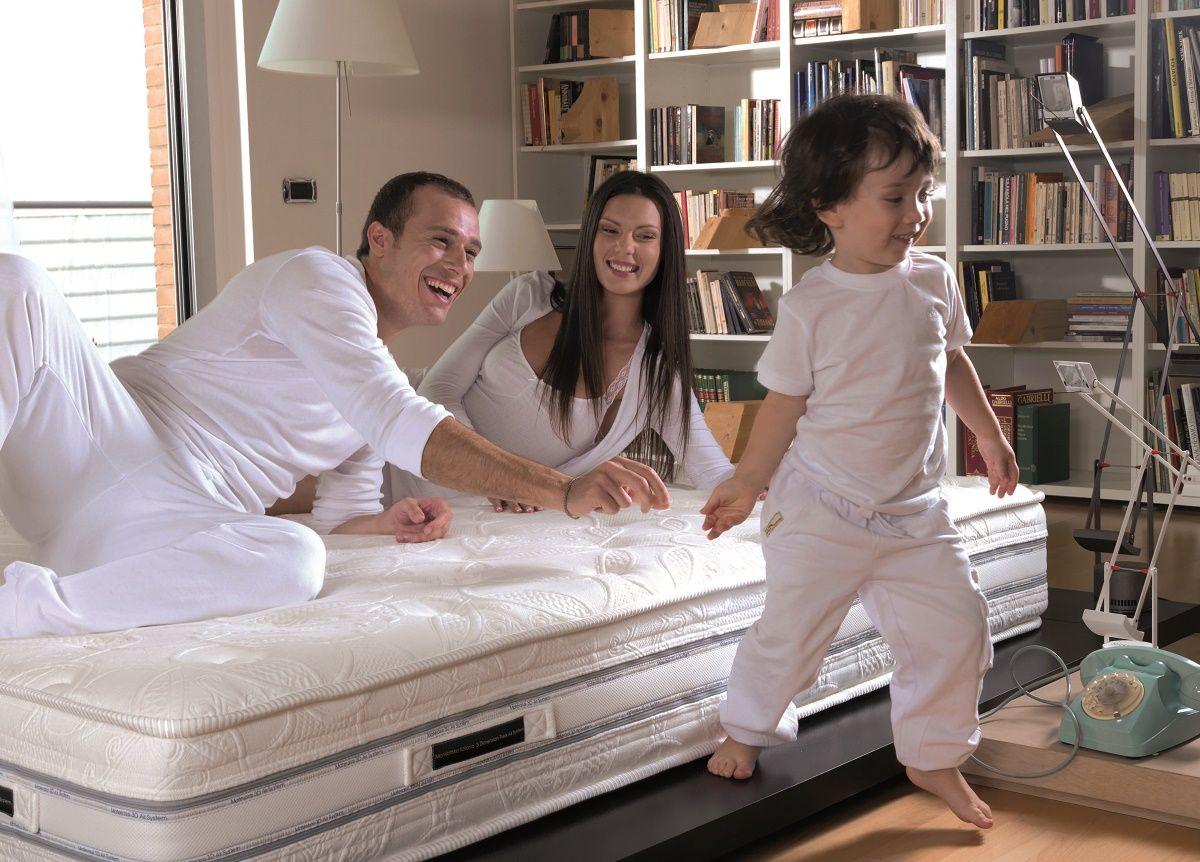 Materasso ambientato con persone e bambino